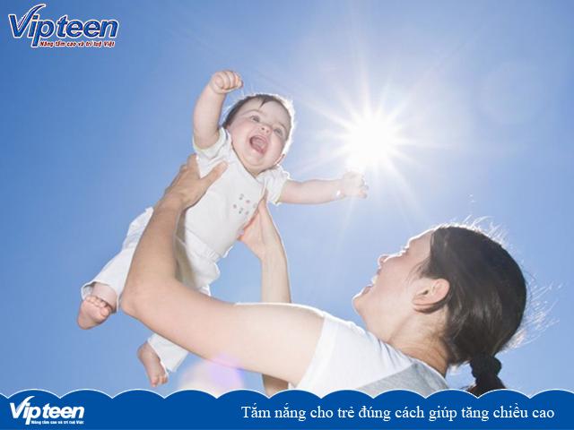Tắm nắng cho trẻ đúng cách giúp tăng chiều cao