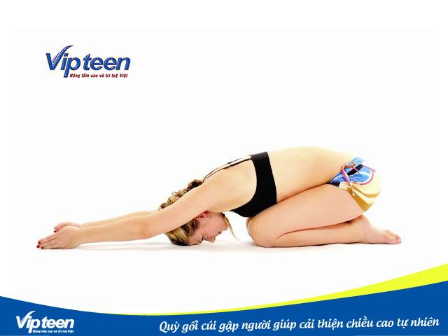 Quỳ gối cúi gập người cũng là bài tập giữ dáng giúp eo thon gọn tốt nhất