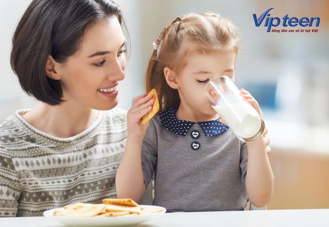 bổ sung canxi cho trẻ bằng 2 cốc sữa 1 ngày