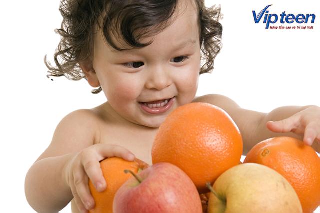 Trẻ uống nước trái cấy để bổ sung thêm canxi