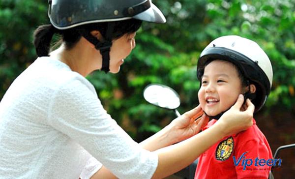 trẻ 4 tuổi bị rụng tóc do đội mũ