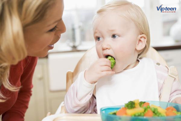 cho con ăn dặm với đủ dinh dưỡng là cách tăng chiều cao cho trẻ sơ sinh