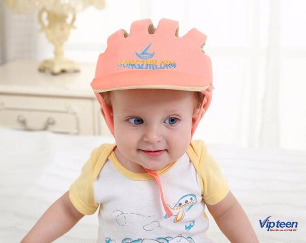 Trẻ 4 tháng tuổi rụng tóc hình vành khăn vì đội mũ chật