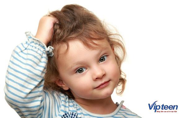 trẻ 6 tuổi bị rụng tóc vì thường xuyên giật tóc