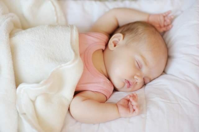 thay đổi tư thế ngủ cho bé 3 tháng tuổi bị rụng tóc