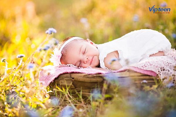 tắm nắng giúp trẻ ngủ ngon hơn