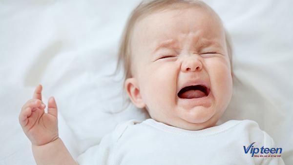 trẻ quấy khóc đêm có nguy hiểm không?