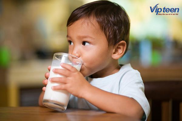 Bé nên uống nhiều sữa để bổ sung Canxi tốt nhất