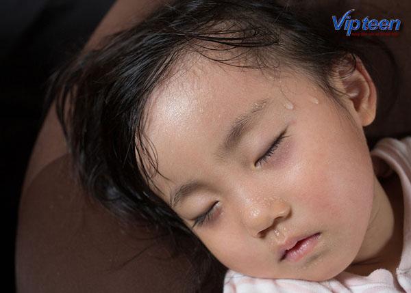 biểu hiện trẻ còi xương suy dinh dưỡng là ra nhiều mồ hôi trộm khi ngủ