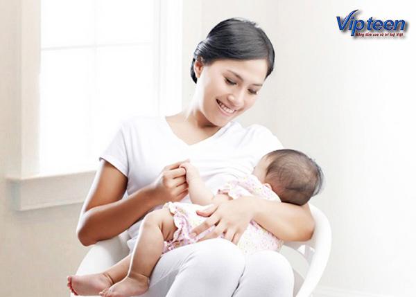 Cho trẻ bú sữa mẹ hoàn toàn trong 6 tháng đầu
