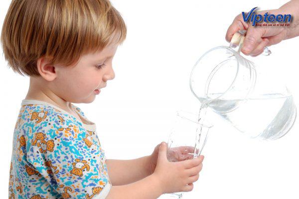 cho trẻ uống nước đầy đủ