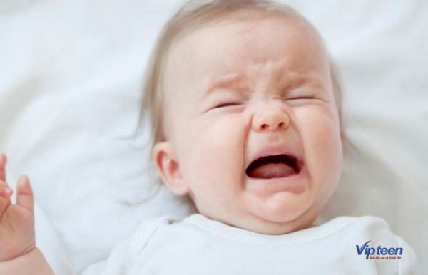 trẻ khóc do thiếu canxi