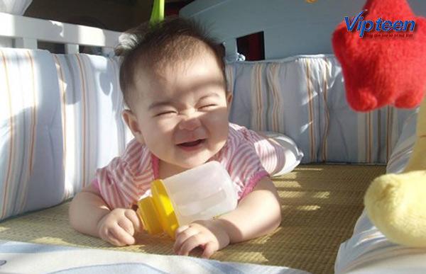 Cho trẻ còi xương tắm nắng hàng ngày