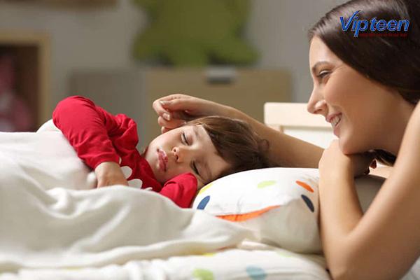 cho trẻ ngủ đủ giấc