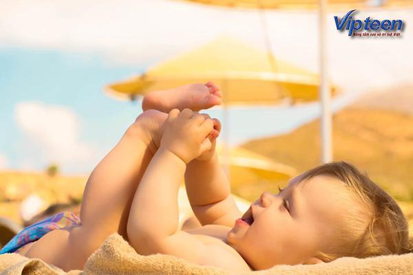 Phơi nắng cho trẻ mỗi ngày tránh còi xương cho trẻ