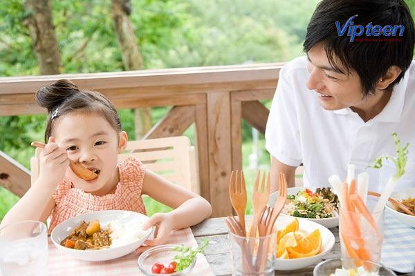 trẻ bị còi xương nên được hỗ trợ một thực đơn dinh dưỡng đầy đủ nhất