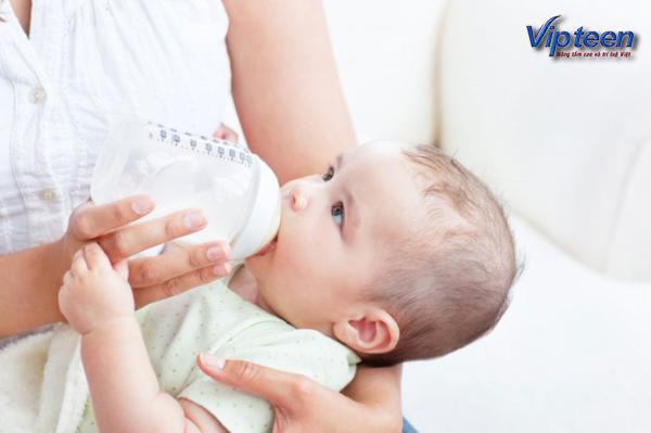 Trẻ bị còi xương uống sữa