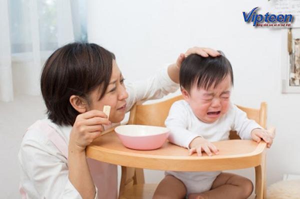 mẹ dỗ trẻ ăn