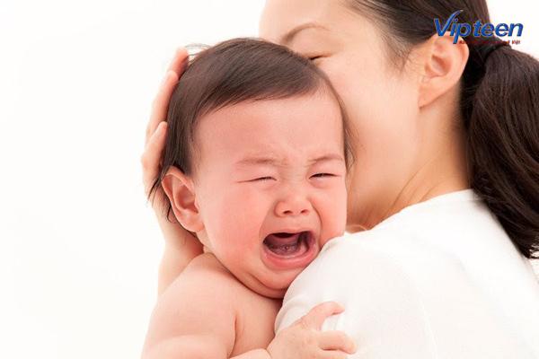 trẻ biếng ăn thường xuyên quấy mẹ