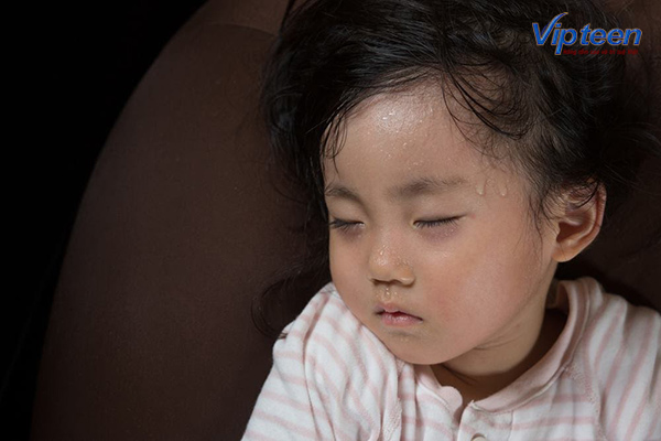 bệnh còi xương ở trẻ sơ sinh có dấu hiệu đổ mồ hôi trộm
