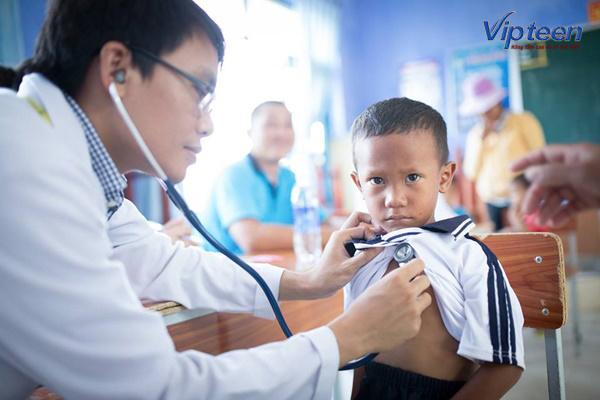 khám lâm sàng để kiểm tra tình trạng còi xương ở trẻ