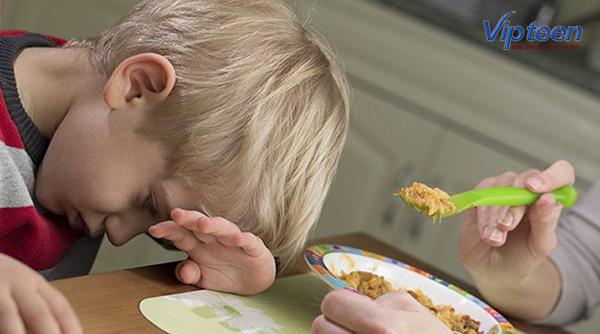 trẻ biếng còi xương mẹ không nên ép bé ăn