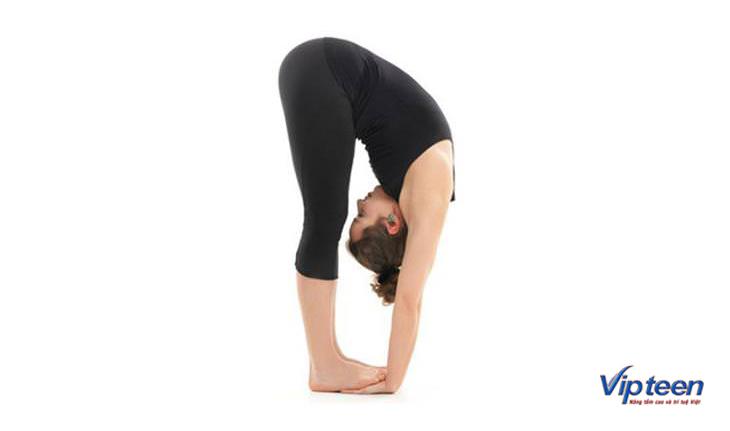 Động tác cúi gập người giúp giãn xương và kéo dài chiều cao ở tuổi dậy thì