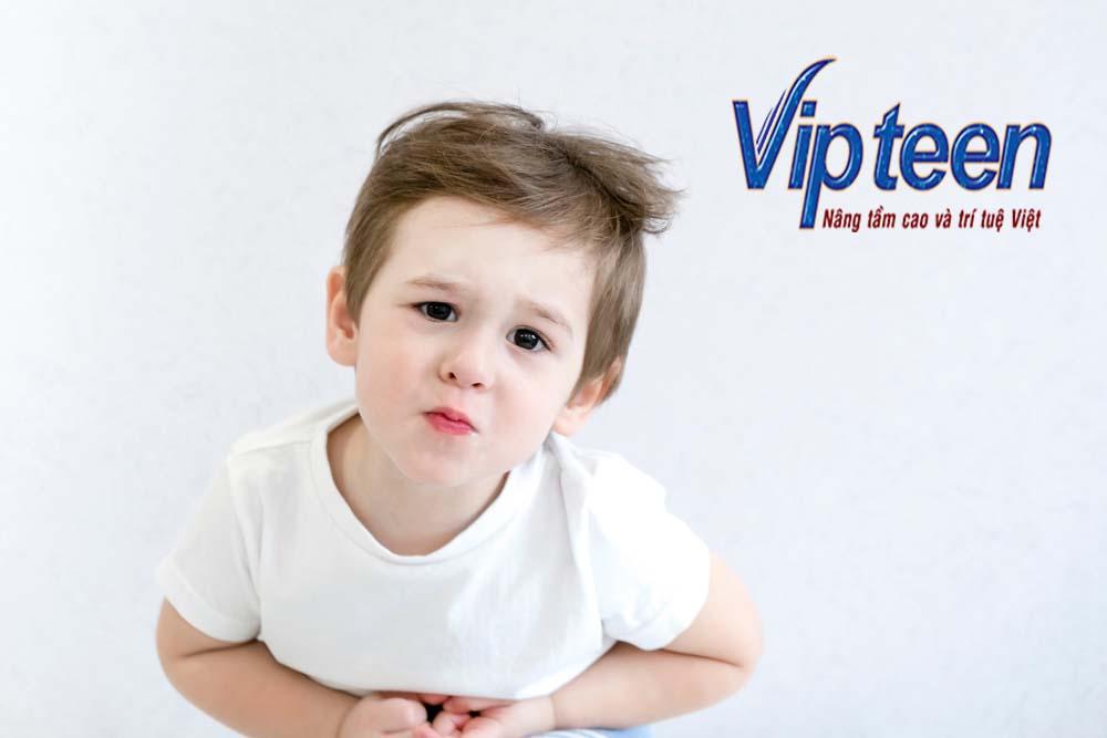 Bị táo bón, hay đau bụng là biểu hiện của việc thừa canxi ở trẻ