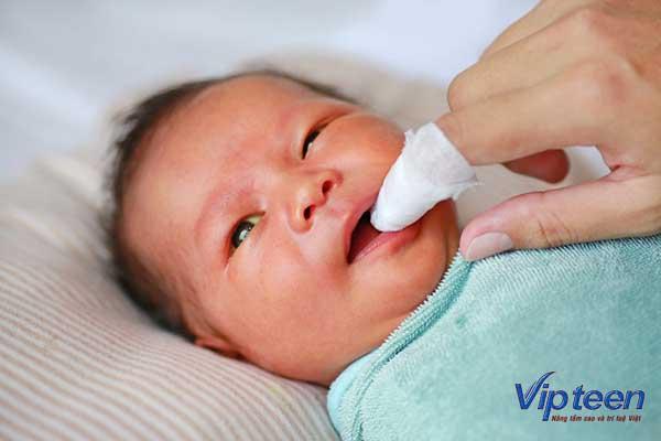 Gặp vấn đề răng lưỡi khiến trẻ quấy khóc đòi bú liên tục
