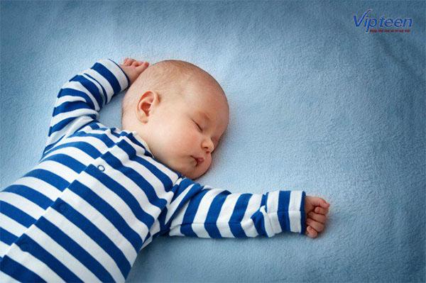 Cho trẻ ngủ đủ giấc cũng là cách khắc phục chân vòng kiềng