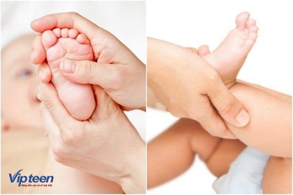 Nhẹ nhàng massage chân cho trẻ hàng ngày để khắc phục chân vòng kiềng