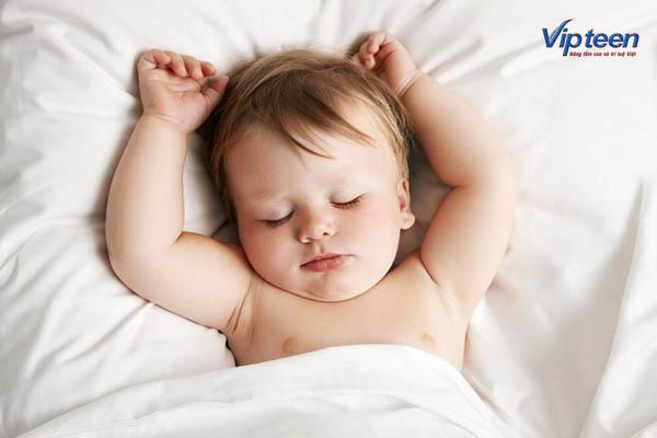 Tư thể ngủ thẳng trong thời gian dài khiến trẻ bị rụng tóc hình vành khăn