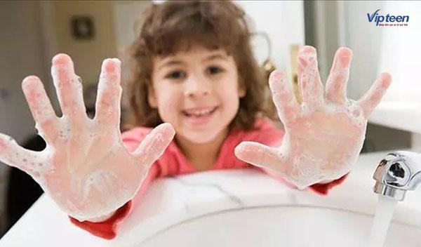Rửa tay xà phòng là cách giúp trẻ phòng tránh viêm đường hô hấp trên