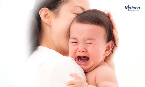 Quấy khóc là triệu chứng đi kèm khi trẻ em chậm mọc răng