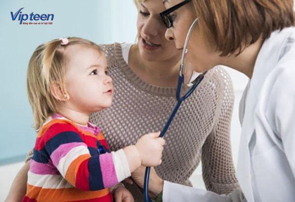 Cần theo dõi tình trạng của trẻ thường xuyên để tìm ra nguyên nhân gây bệnh viêm đường hô hấp trên