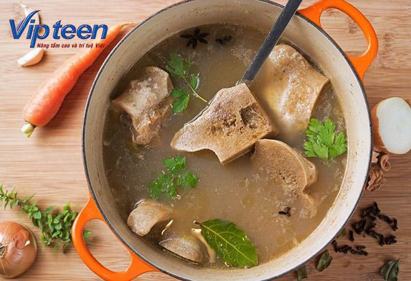Món chứa nhiều đạm như canh hầm xương khiến tốc độ hấp thụ Canxi giảm