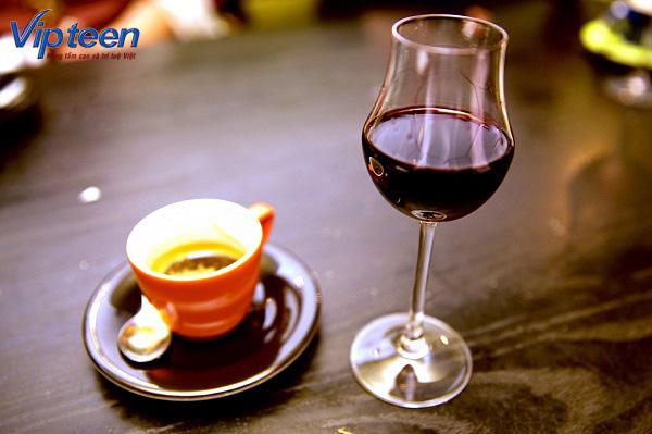 Không cho trẻ dùng các chất kích thích như rượu, cà phê