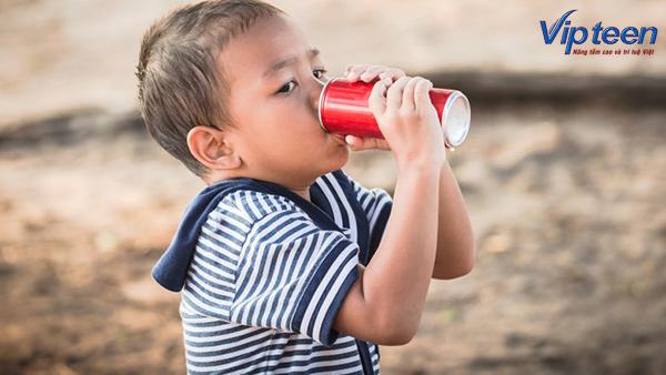 Mẹ nên hạn chế tối đa các sản phẩm nước ngọt, nước có ga cho bé