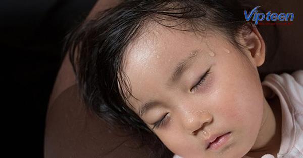 đổ mồ hôi trộm là dấu hiệu trẻ 1 tuổi bị thiếu canxi