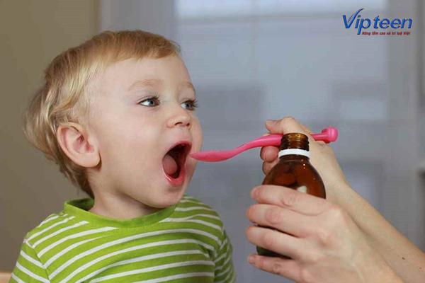 trẻ 1 tuổi được bổ sung canxi dạng nước