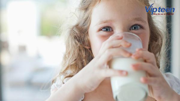 Uống sữa mỗi ngày là việc làm cần thiết giúp trẻ cao lớn, khỏe mạnh
