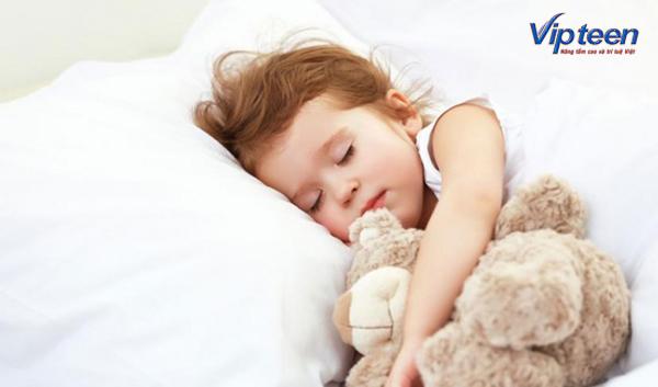cho trẻ ngủ sớm và đủ giấc để phát triển chiều cao cân nặng