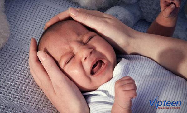 trẻ quấy khóc do thấp còi độ 1