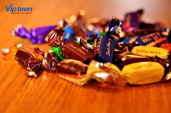 Không nên cho trẻ còi xương ăn bánh kẹo