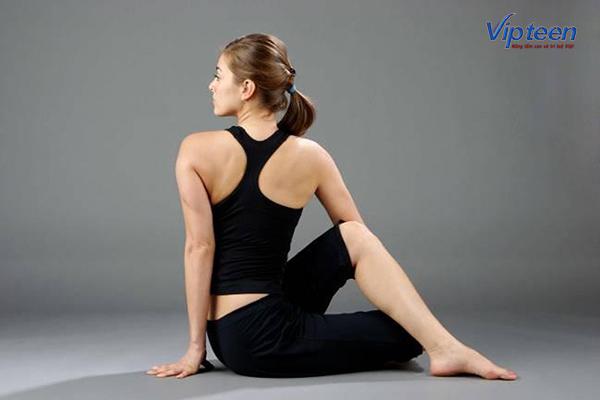 động tác vặn xoắn hông giúp tăng chiều cao tuổi 17
